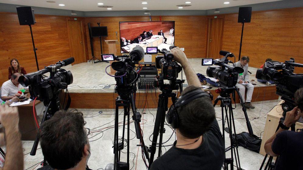 Foto: Vista de los medios junto a la pantalla donde se puede ver a Miguel López, único acusado por el asesinato de María del Carmen Martínez. (EFE)