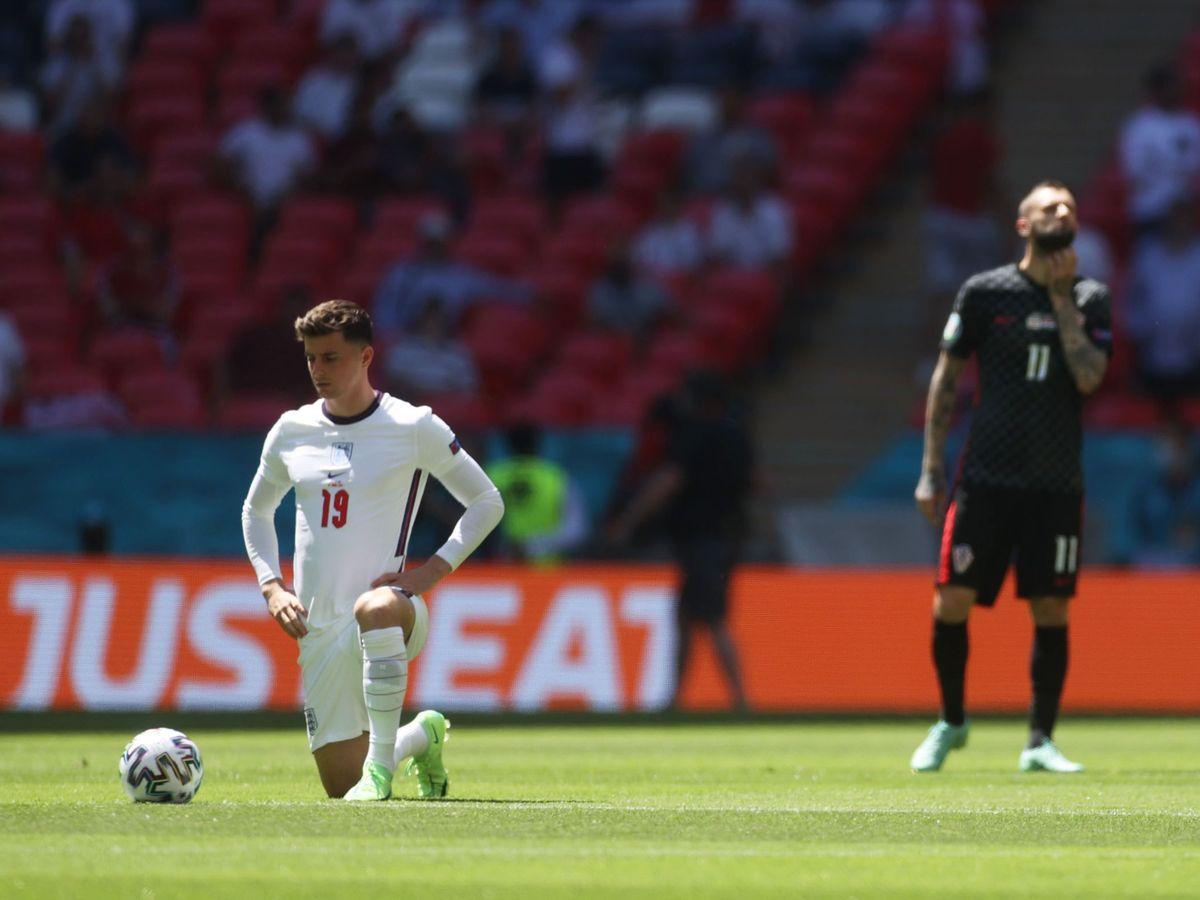 Foto: Mason Mount si mette in ginocchio prima dell'inizio della partita contro la Croazia.  (Reuters)