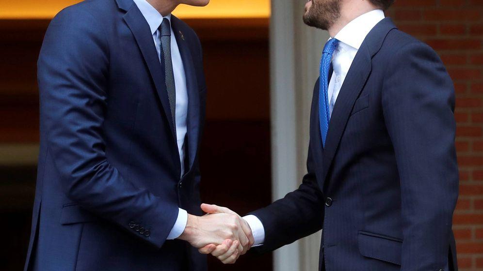 Foto: Sánchez recibe a Casado en la Moncloa. (EFE)