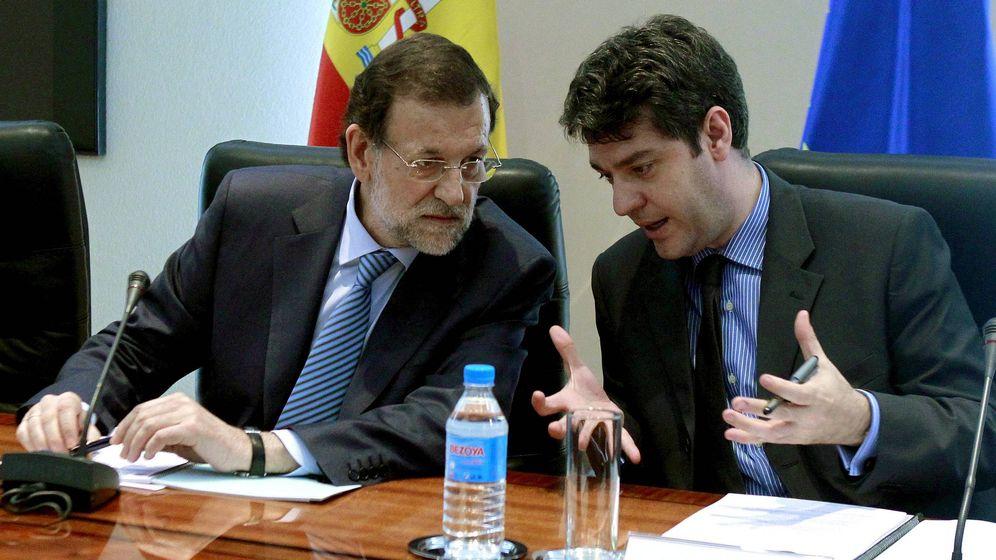 Foto: Rajoy conversa con el director de la oficina económica de la Presidencia del Gobierno, Álvaro Nadal. (EFE/Manuel H. de León)