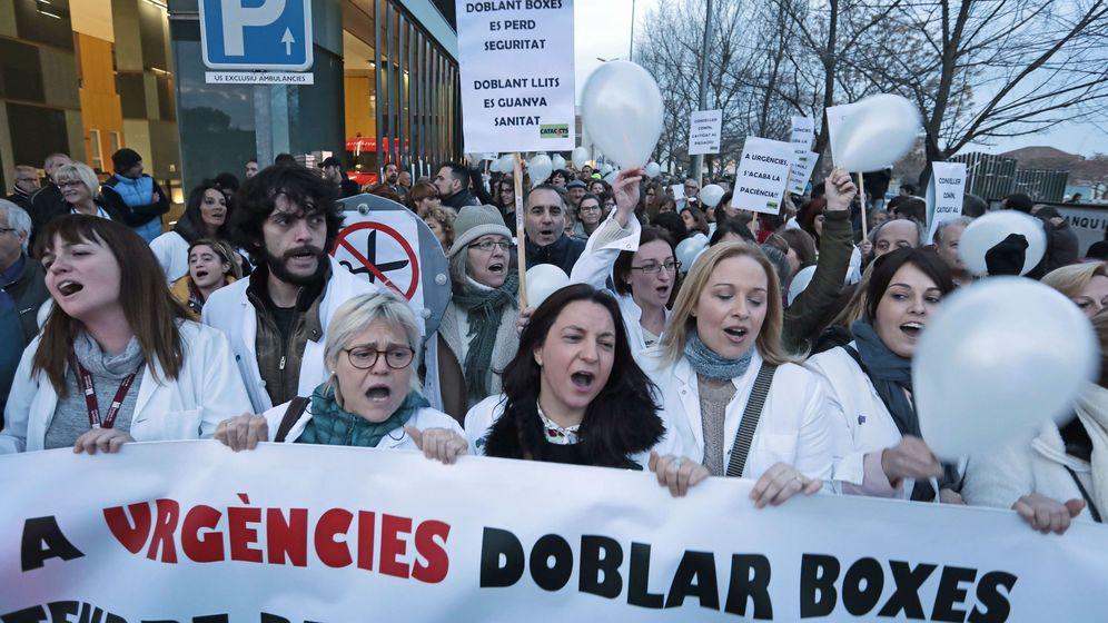 Foto: ManifestaciÓn en sabadell para denunciar la situación de las Urgencias del hospital Parc Taulí (Efe/Susana Sáez)