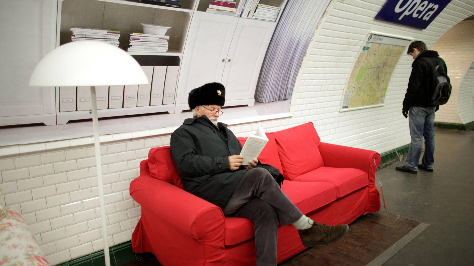 Foto: Un viajero se sienta a leer en un sillón publicitario en una estación del metro de París, en marzo de 2010. (Reuters)