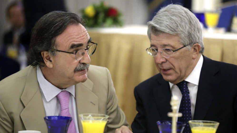 Foto: El empresario Blas Herrero (izq) junto a Enrique Cerezo (dch), presidente del Atlético de Madrid, en un desayuno. (EFE)