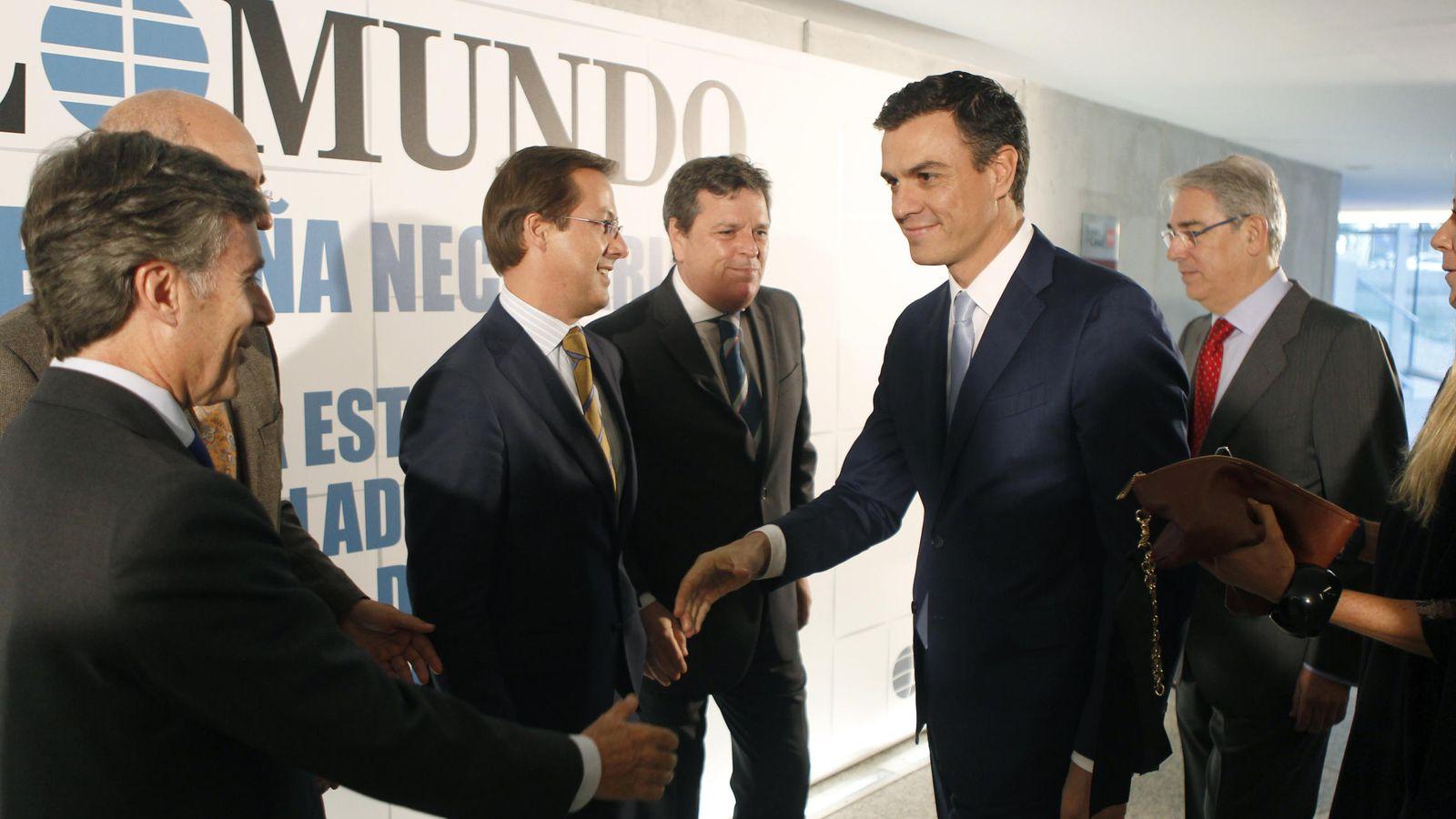 Foto: Pedro Sánchez y Fernández Galiano, detrás, en el Foro de El Mundo (EFE).