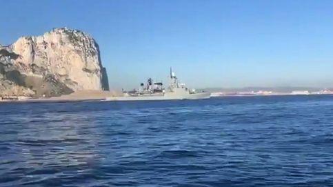 Una corbeta española pasa junto a Gibraltar con el himno nacional a todo volumen