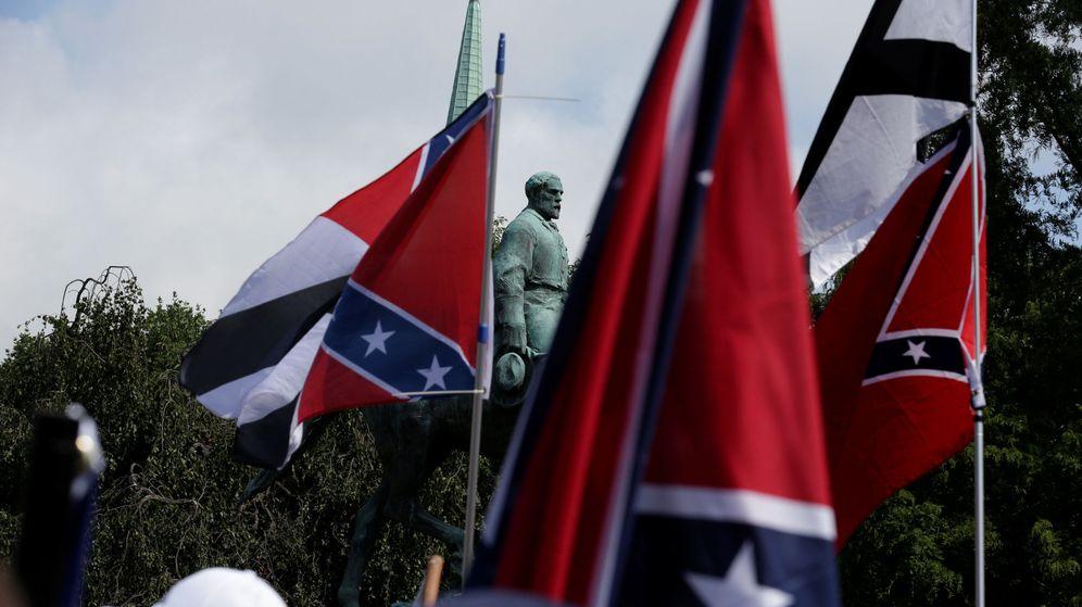 Foto: Supremacistas blancos se manifiestan junto a la estatua de Robert E. Lee en Charlottesville. (Reuters)