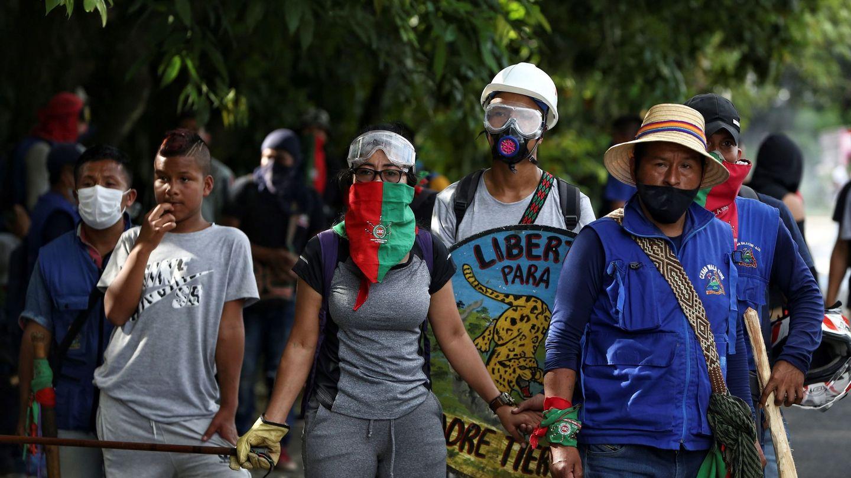 Indígenas se reúnen en una calle durante una manifestación en Cali. (EFE)