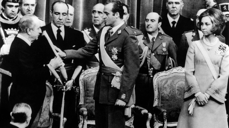 La reina Sofía, con el broche en la proclamación de Juan Carlos. (CP)