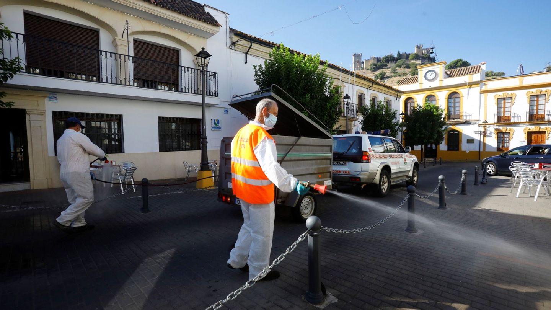 Operarios del Ayuntamiento de Almodóvar del Río (Córdoba) desinfectan las calles. (EFE)