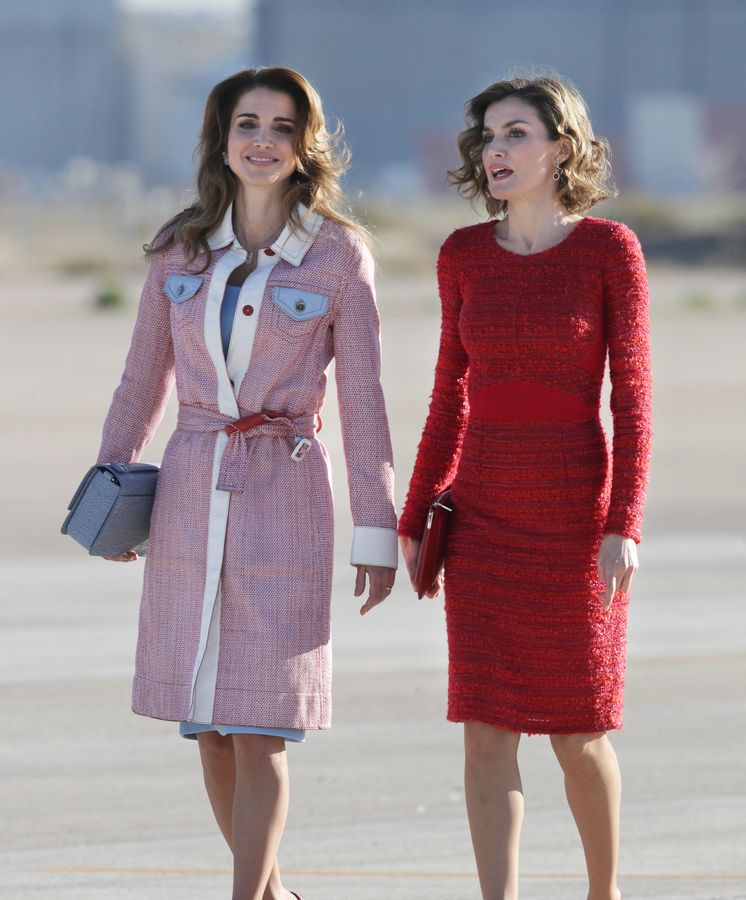 Foto: Las dos reinas conversando en el aeropuerto de Madrid (Gtres)