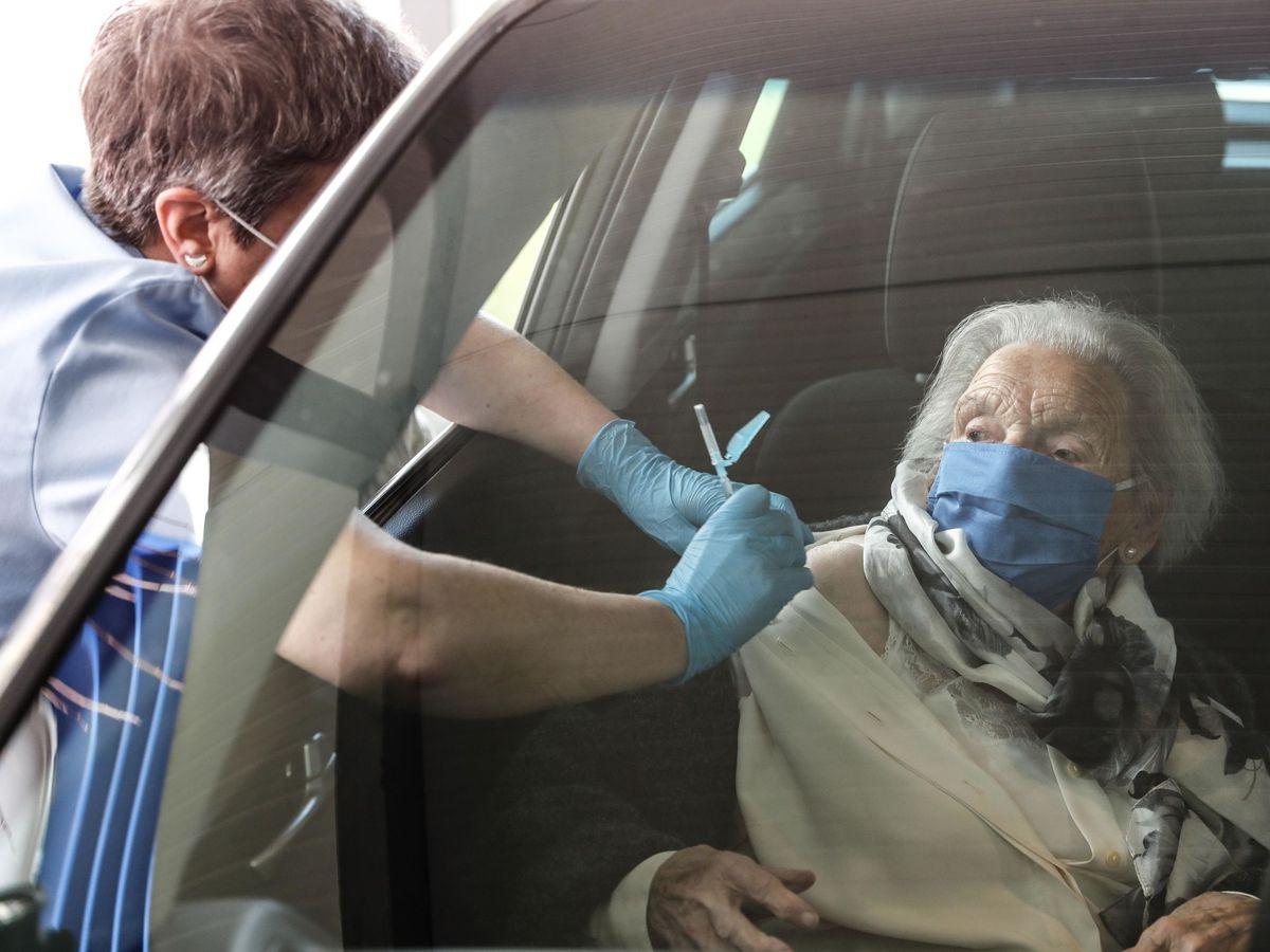 Foto: Una anciana se vacuna este miércoles en el Hospital Donostia, de San Sebastián. (EFE)