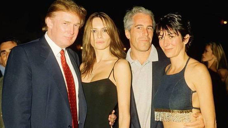Donald Trump, Melania Trump, Jeffrey Epstein y Ghislaine Maxwell (a la derecha), en una foto de archivo. (Netflix)