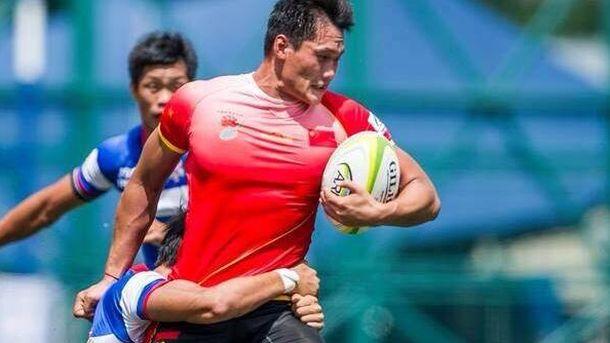 Foto: Un chino con el oval en sus manos.