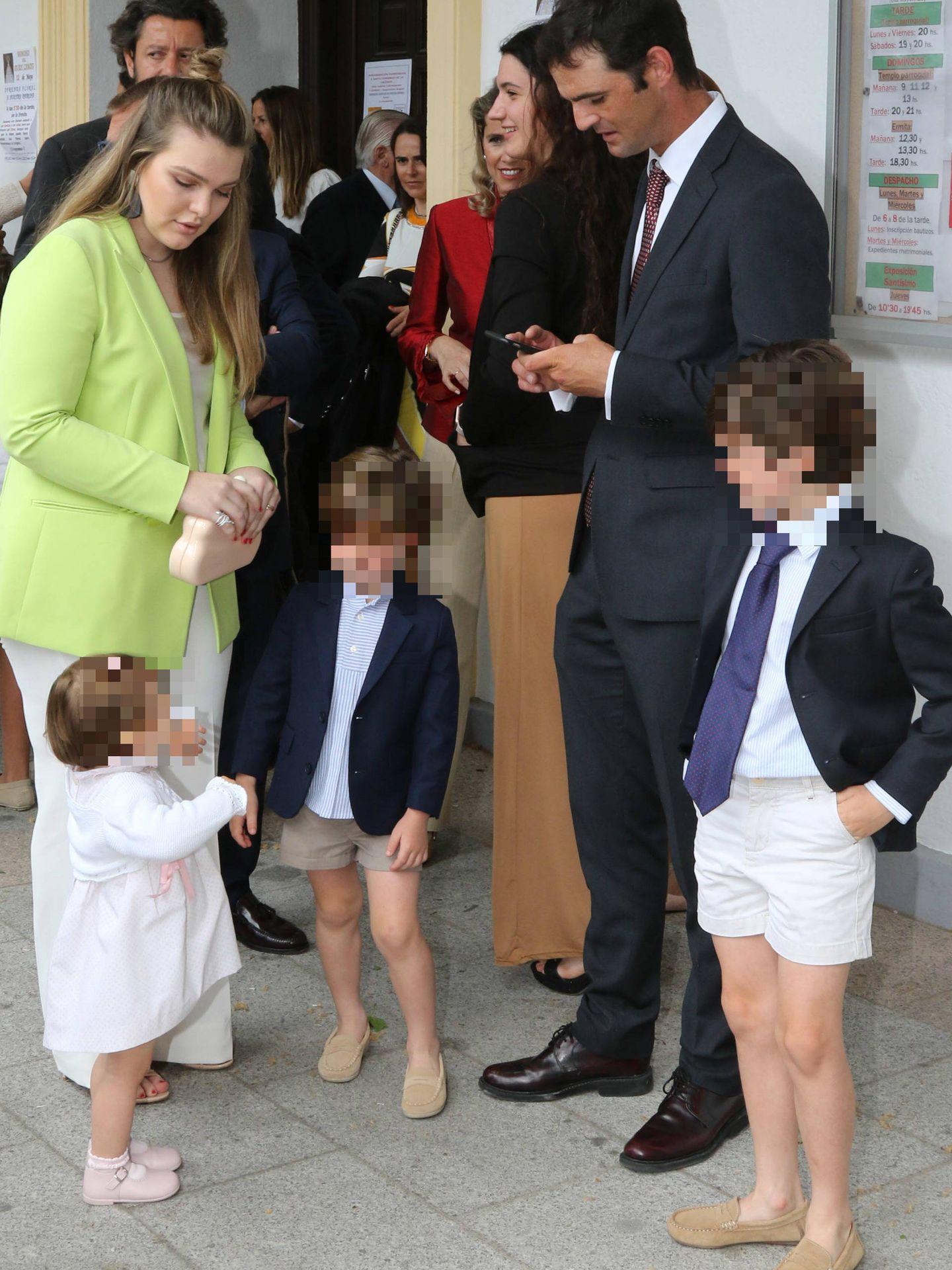 Sofía y José Bono, en un día muy feliz con sus sobrinos. (Lagencia Grosby)
