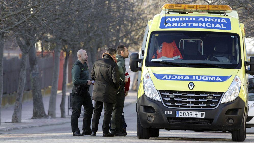Foto: Agentes de la Guardia Civil, junto a una ambulancia. (EFE)