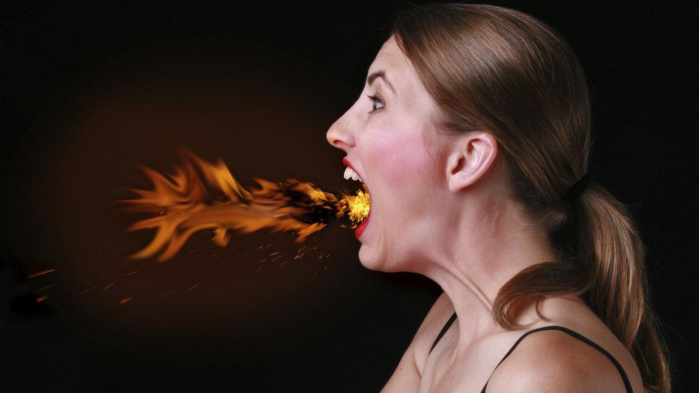 Foto: Lamentablemente, no es que te conviertas en faquir. Los daños van más allá de lo que expulses por tu boca. (iStock)