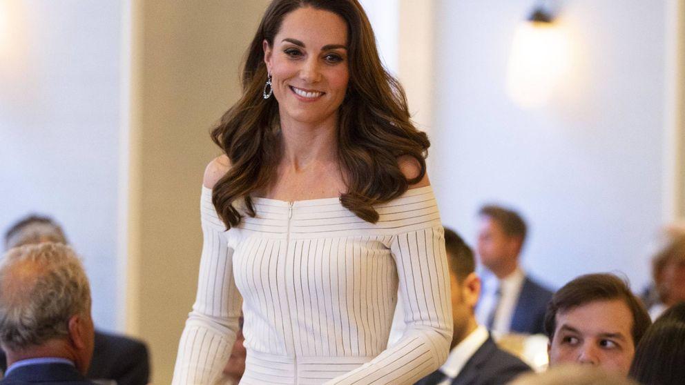 Kate Middleton: hombros al aire y zapatos de 500 euros para brillar bajo la lluvia