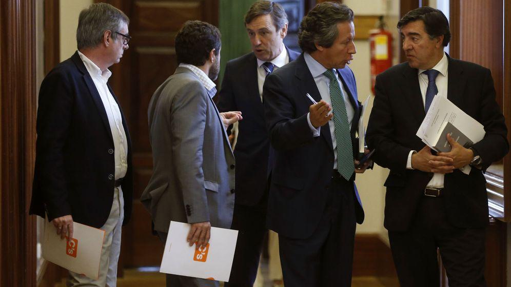 Foto: Los diputados de C's José Manuel Villegas (i) y Miguel Ángel Gutiérrez (2i), junto a Rafael Hernando (c), Carlos Floriano (2d) y José Antonio Bermúdez de Castro. (EFE)