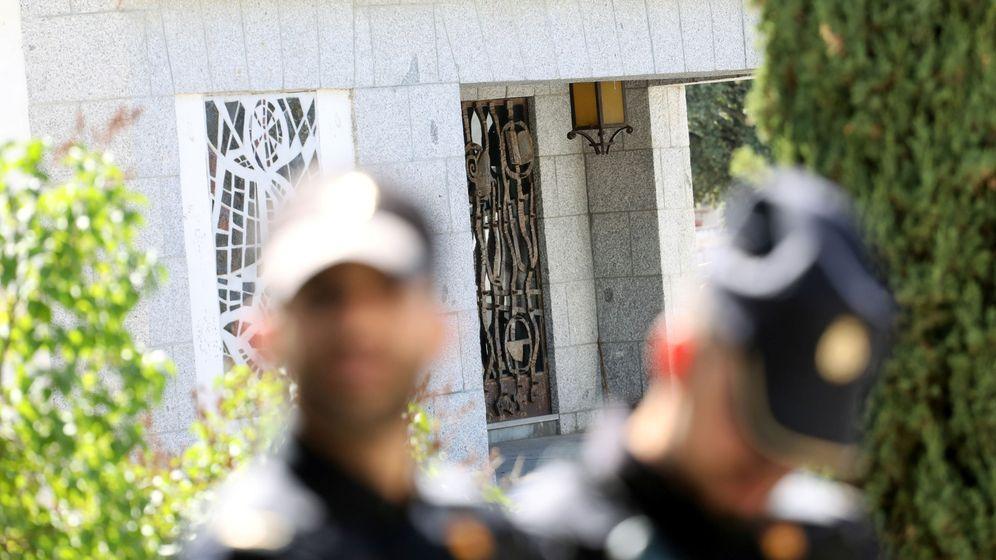 Foto: Miembros de la Policía Nacional frente al mausoleo donde se prevé enterrar a Francisco Franco en el cementerio de El Pardo-Mingorrubio. (Reuters)