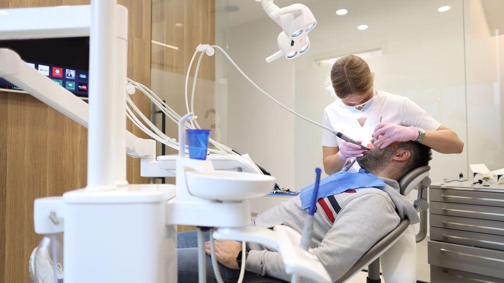 Foto: Un dentista atendiendo a un paciente. (Reuters)