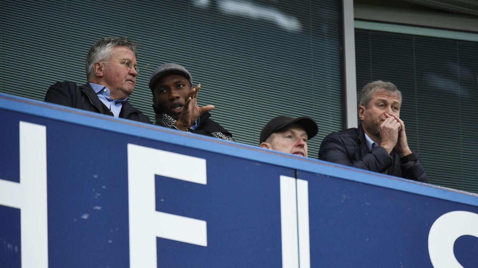 Foto: Guus Hiddink, junto a Roman Abramovich y Drogba en Stamford Bridge (Reuters)