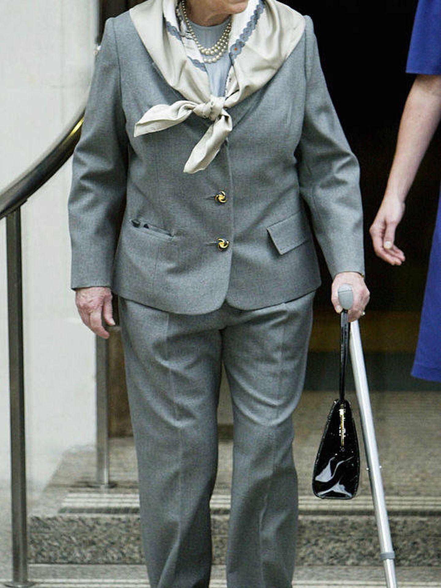 La reina Isabel II en 2003, tras su intervención de rodilla. (Getty)