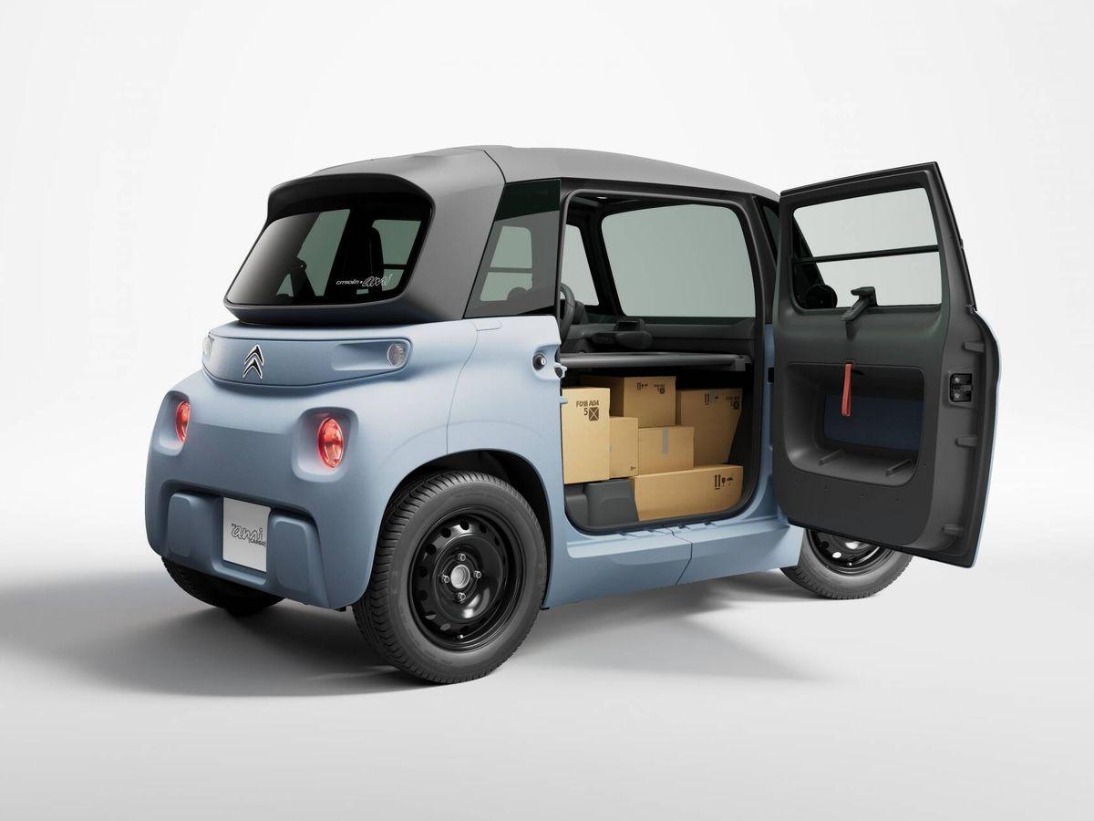 Foto: En el Citroën Ami Cargo se sacrifica la plaza del copiloto en favor de un espacio dedicado al transporte, al que podemos acceder desde fuera o desde el puesto de conducción.