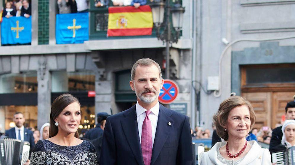 Foto:  Los Reyes y doña Sofía. (Limited Pictures)