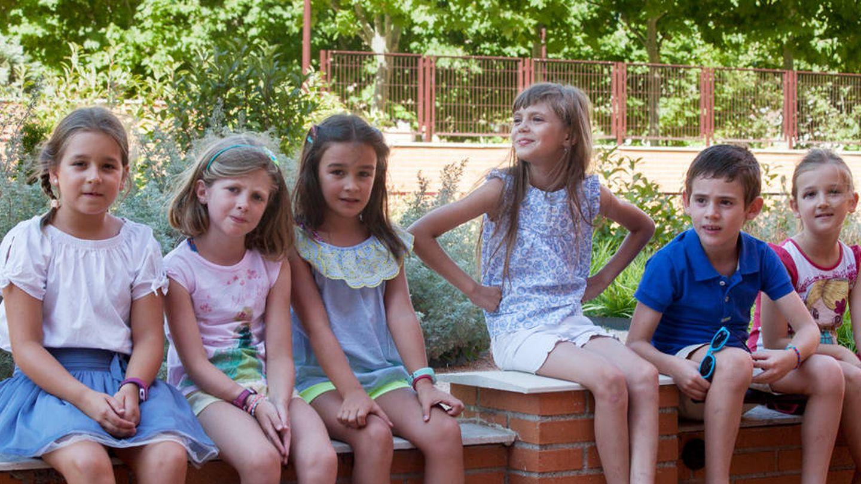Aryna, junto a su hermano de acogida y sus amigos de la urbanización. (Enrique Villarino)