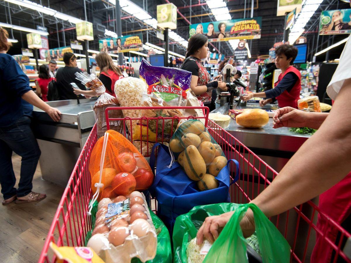 Foto: Consumidores realizan la compra en un supermercado. (EFE)