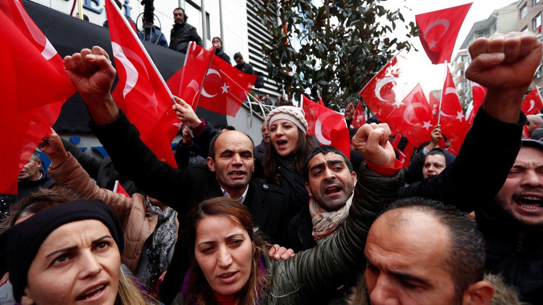 Partidarios de la formación opositora CHP durante una protesta contra el Gobierno de Erdogan en Estambul, el 5 de enero de 2018. (Reuters)