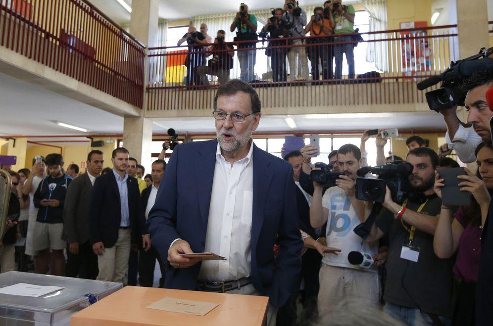 Foto: Mariano Rajoy vota en una de las urnas del colegio Bernadette del distrito madrileño de Aravaca, el pasado 26 de junio. (EFE)