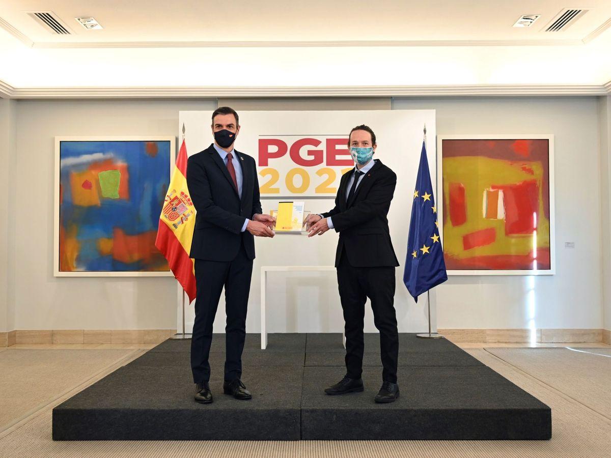 Foto: El presidente del Gobierno, Pedro Sánchez (i), y el vicepresidente segundo, Pablo Iglesias, presentan el proyecto de Presupuestos este martes en la Moncloa. (EFE)