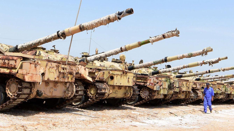 Foto: Técnico revisa tanques soviéticos en reparación en Irak. (EFE)
