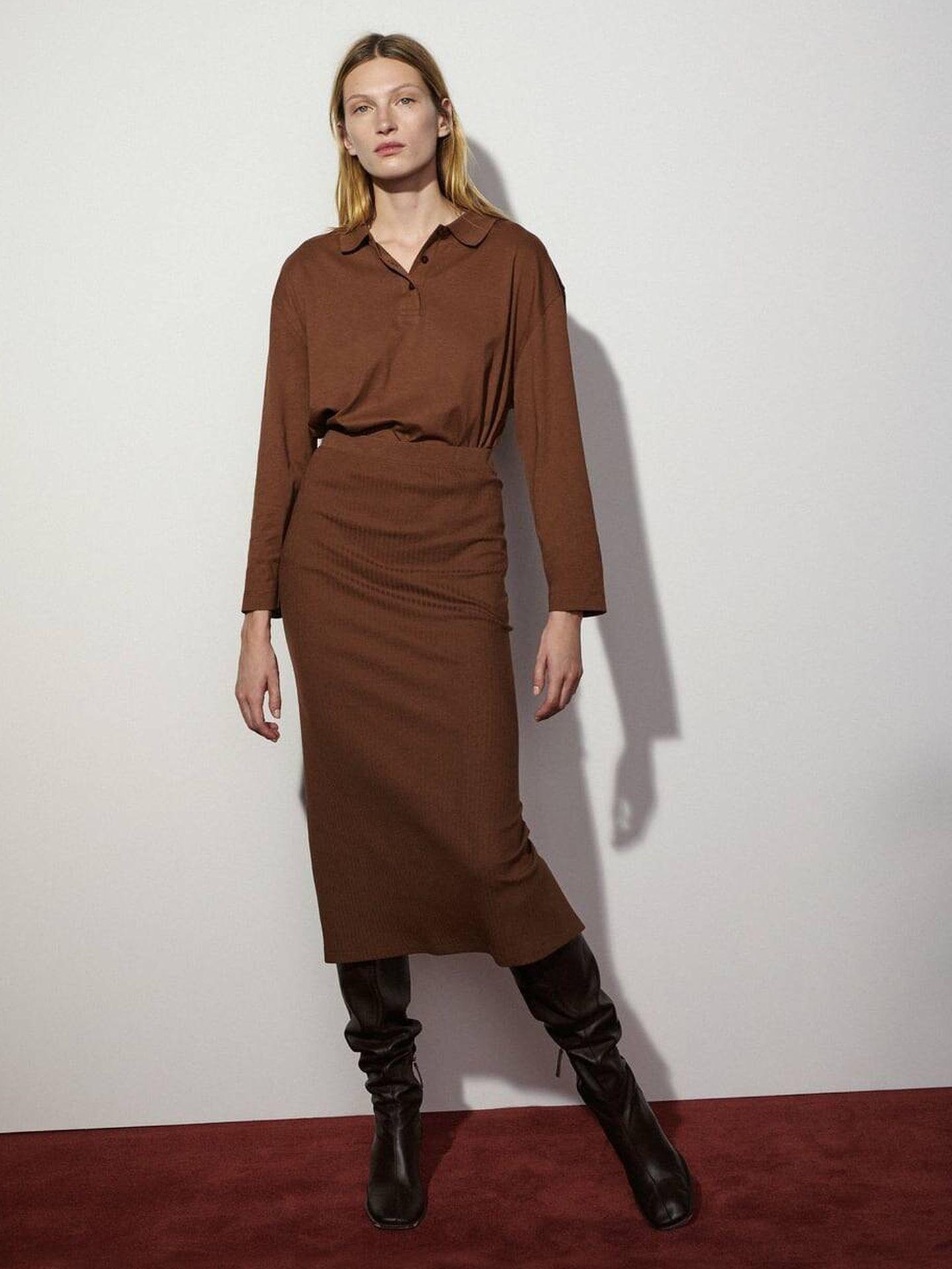 Total look marrón con falda y polo de Zara. (Cortesía)