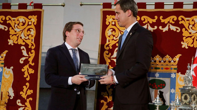 El presidente encargado de Venezuela, Juan Guaidó (d), recibe la Llave de Oro de la ciudad del alcalde de Madrid, José Luis Martínez-Almeida (i). (EFE)