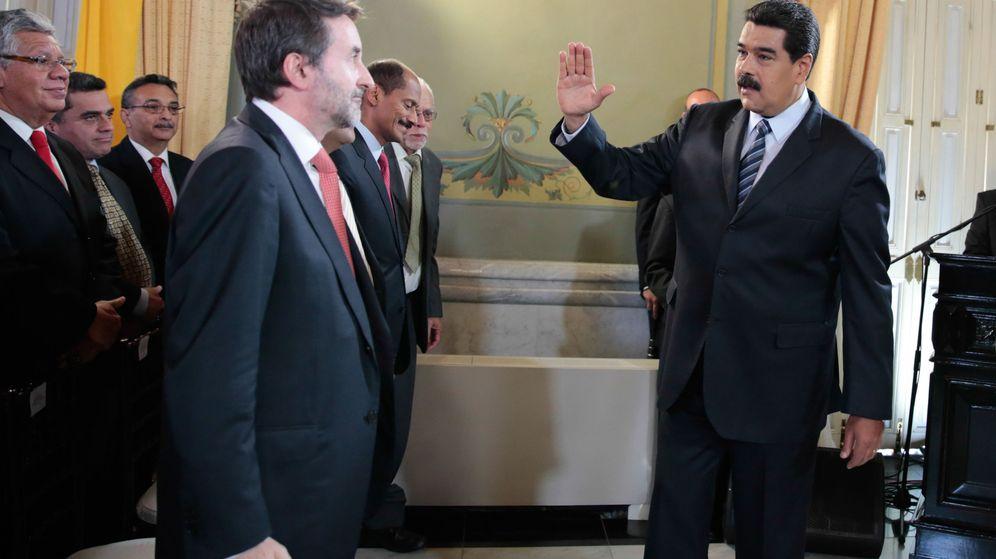 Foto: Fotografía cedida por prensa de Miraflores donde se observa al presidente de Venezuela, Nicolás Maduro (d), cuando saluda a los asistentes, entre ellos al consejero delegado de la compañía española Repsol. (EFE)