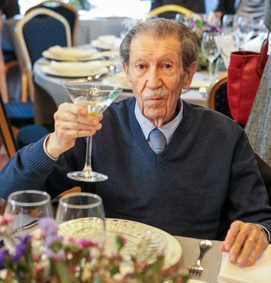 Foto: Manuel Alcántara brinda ayer con su clásico Dry-Martini, en el salón de los espejos del Ayuntamiento de Málaga, durante el homenaje por su 90 cumpleaños.