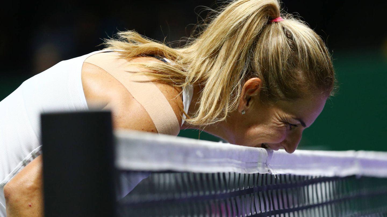 La tenista muerde la red, en un torneo amistoso. (Getty)