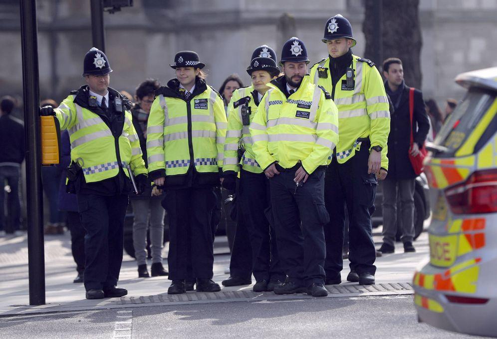 Foto: Agentes de policía se disponen a cruzar una calle ante el Parlamento británico, en Londres, el 24 de marzo de 2017. (Reuters)