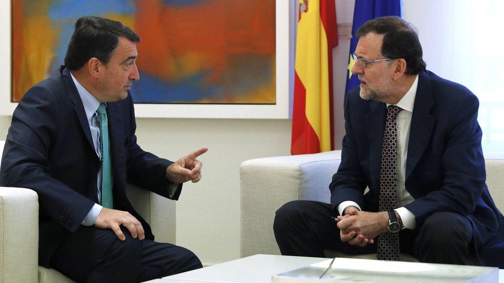 Foto: El presidente del Gobierno, Mariano Rajoy, dialoga con el portavoz del PNV en el Congreso, Aitor Esteban. (EFE)