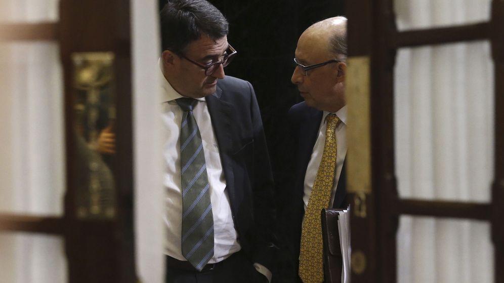 Foto: El ministro de Hacienda, Cristóbal Montoro, conversa con el portavoz del PNV en el Congreso, Aitor Esteban. (EFE)