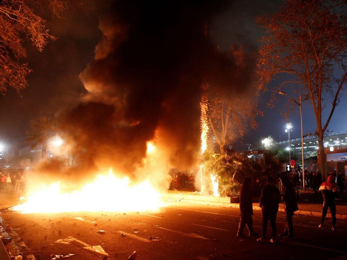 Foto: Incidentes en los aledaños del Camp Nou durante la celebración del Barcelona-Madrid. (EFE)