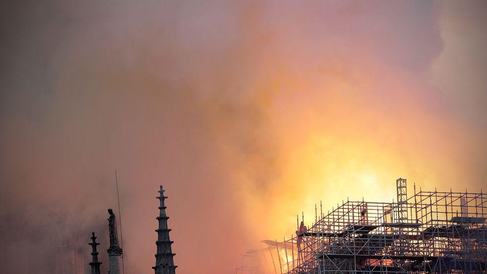 Foto: Incendio en la catedral de Notre-Dame de París. (EPA)