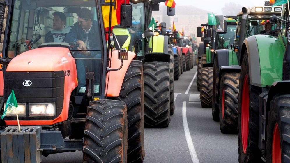 Foto: Varios agricultores a bordo de sus tractores participan en una manifestación para reclamar una ley que garantice precios justos para los productos agroalimentarios. (EFE)