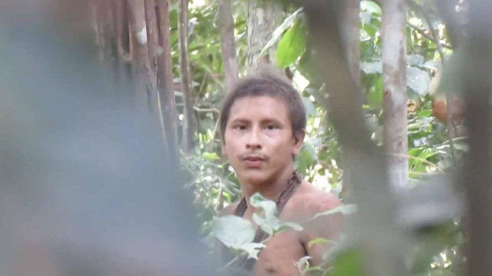 Foto: Un indígena Awá, en el momento de descubrir que está siendo grabado (Foto: Survival International)
