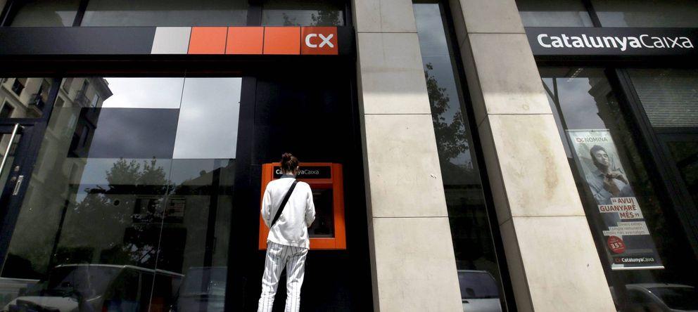 Foto: Una mujer utiliza un cajero automático de Catalunya Caixa en Barcelona. (EFE)