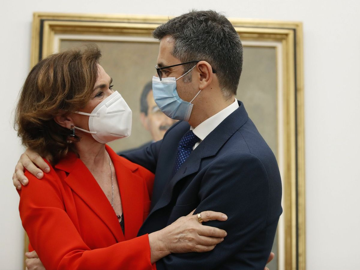 Foto: Carmen Calvo abraza a su sucesor Félix Bolaños. (EFE)