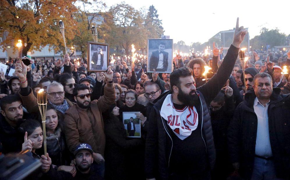 Foto: La familia del joven asesinado en la escuela Kronan de Trollhättan, Suecia, durante una marcha homenaje, el 25 de octubre de 2015 (Reuters).