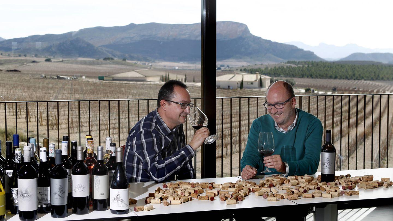 Ángel y Miguel Gil, en la bodega familiar de Jumilla (Murcia).